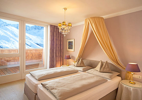 Schlafzimmer mit Bergpanorama in der Family Royal Suite im Skihotel Bergwelt in Obergurgl