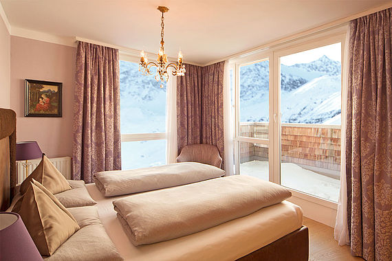 Schlafzimmer mit Bergpanorama in der Family Royal Suite im 4 Sterne S Hotel Bergwelt in Obergurgl